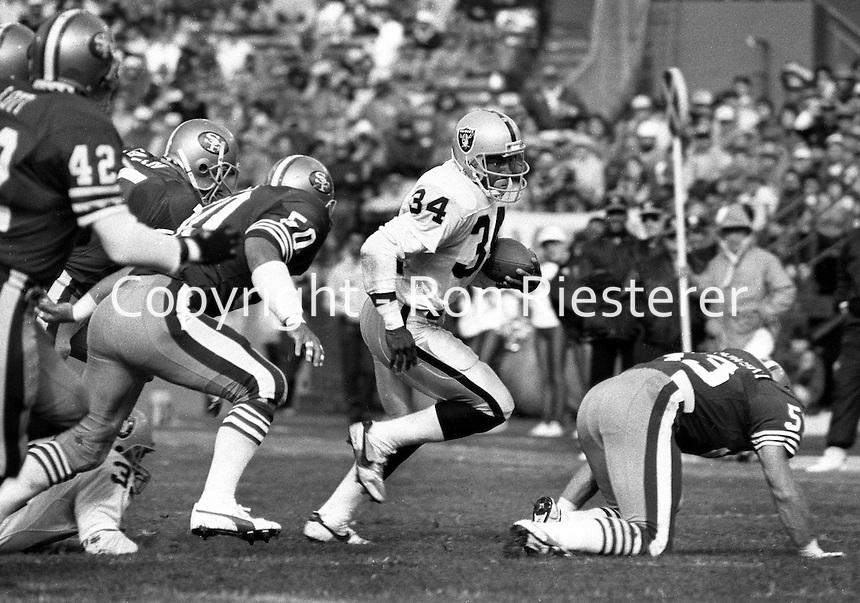 Oakland Raiders running back Bo Jackson running against the San Francisco 49ers 1988 game.<br />(photo/Ron Riesterer)