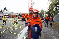 Vanessa Mingolla und Helena Cvitkusic beim Löschangriff mit 4 C-Rohren im Rahmen der Abschlussübung der Jugendfeuerwehr Kelsterbach