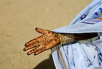 - Northern Sudan, young woman with the hands decorated with henna in a village near the Nilo river ....- Sudan settentrionale, giovane donna con le mani decorate con l'hennè in un villaggio presso il fiume Nilo..