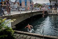 Makedonien. Der springes i og svømmes i floden Drin i byen Struga ved Ohridsøen. Foto: Jens Panduro