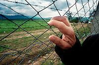 STENKOVEC / MACEDONIA - MAGGIO 1999.CAMPO PER I PROFUGHI KOSOVARI VITTIME DELLA PULIZIA ETNICA E DELLE DEPORTAZIONI OPERATE DALL'ESERCITO JUGOSLAVO DOPO L'INIZIO DEI BOMBARDAMENTI DELLA NATO..FOTO LIVIO SENIGALLIESI..STENKOVEC / MAKEDONIA - MAY 1999.REFUGEE CAMP FOR THE ETHNIC ALBANIANS FLED FROM KOSOVO. .PHOTO LIVIO SENIGALLIESI