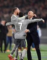 FUSSBALL CHAMPIONS LEAGUE  SAISON 2015/2016 ACHTELFINAL HINSPIEL AS Rom - Real Madrid                 17.02.2016 JUBEL Real Madrid; Trainer Zinedine Zidane (re) umarmt Torschütze Cristiano Ronaldo (Mitte) und Sergio Ramos (li)