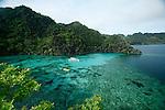 Detente et kayak sur les lagons jumeaux. Ile de Coron dans l'archipel de Calamian. Philippines.