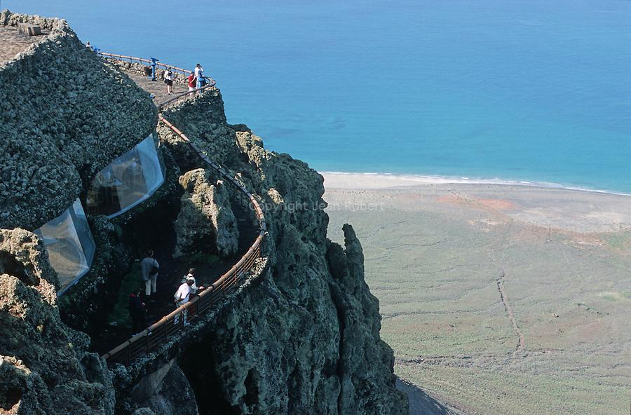 Mirador del Rio, une creation architecturale audacieuse concue par Cesar Manrique dans la falaise. Ile de Lanzarote.