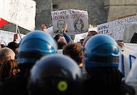 Napoli Sit in di protesta in occasione dell'annunciata visita del ministro della Salute Beatrice Lorenzin<br /> centri sociali e dipendenti del reparto Sanita protestano all'esterno dell Hotel dove &egrave; attesa il ministro
