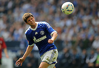 FUSSBALL   1. BUNDESLIGA   SAISON 2011/2012   33. SPIELTAG FC Schalke 04 - Hertha BSC Berlin                         28.04.2012 Klaas Jan Huntelaar (FC Schalke 04) am Ball