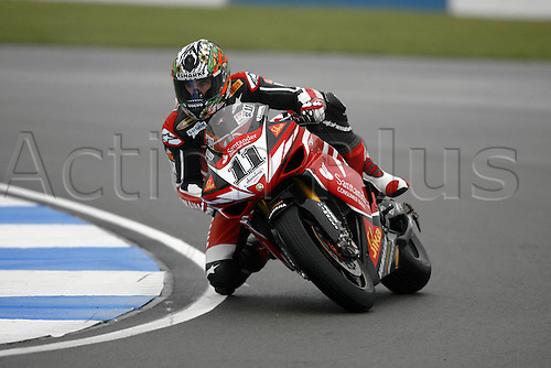 30 March 2007: Australian and Yamaha Motor Italia rider Troy Corser (AUS) goes around a bend during Friday Free Practice at the European Round of the Corona Extra SBK World Superbike Championship held at the Donington Park Circuit, Derbyshire. Photo: Neil Tingle/Action Plus..070330 motorcycling motorcycle racing bike racing SBK sport motor sports motorsport motorsports