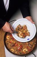 """Europe/Espagne/Catalogne/Barcelone : Restaurant """"Les 7 portes"""" - Le maître d'hôtel sert la parillada - Riz parellada qui mèle viandes et poissons-Recette """" Mer et Montagne"""""""