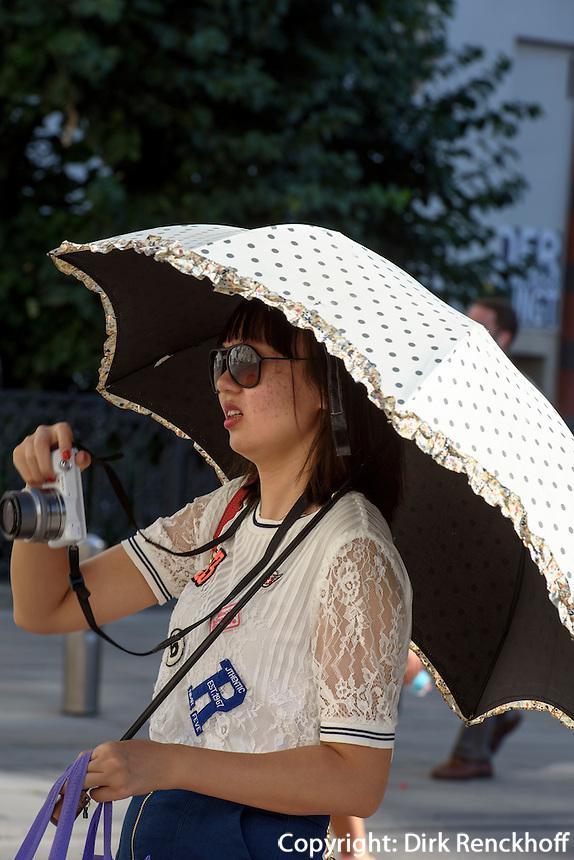asiatische Touristin mit Sonnenschirm fotografiert im Innenhof Alte Hofburg, Wien, &Ouml;sterreich<br /> Tourist with parasol taking pictures, Vienna, Austria