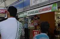 RIO DE JANEIRO, RJ, 01 AGOSTO 2012 - MEGA SENA ACUMULADA - Cariocas fazem fila em lotérica no centro do Rio de Janeiro (RJ), para apostar na mega-sena, nesta quarta-feira (01). A Mega-Sena está acumulada e pode pagar o prêmio aproximado de R$ 42 milhões. O concurso 1.411 será sorteado no Caminhão da Sorte, que está em Guanambi (BA). (FOTO: MARCELO FONSECA / BRAZIL PHOTO PRESS).