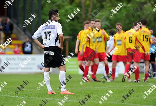 2012-05-06 / Voetbal / seizoen 2011-2012 / Bornem - Bocholter VV / Teleurstelling bij Bocholt. Bilican Huseijn staart voor zich uit, Bornem viert..Foto: Mpics.be