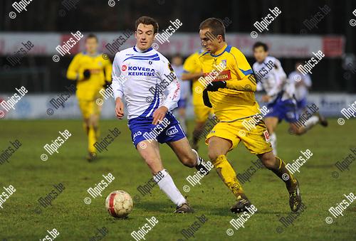 2011-12-18 / Voetbal / seizoen 2011-2012 / KSK Heist - Sp. Sint-Niklaas / Kurt Weuts (L, Heist) met Yannick Aerts..Foto: Mpics.be
