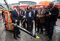 Berlin, Regierender Bürgermeister Klaus Wowereit (SPD) am Freitag (31.05.13) in Berlin während Kiezrundgang in der City-West. Foto: Maja Hitij/CommonLens