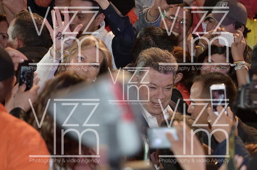 BOGOTÁ -COLOMBIA. 15-06-2014. Juan Manuel Santos candidato por el partido de La Unidad Nacional acompañado de su esposa Maria Clemencia previo a su discurso como presidente electo en las eleccciones presidenciales para el período constitucional 2014-18 en Colombia a Oscar Ivan Zuluaga del partido Centro Democratico. La segunda vuelta de la elección de Presidente y vicepresidente de Colombia se cumplió hoy 15 de junio de 2014 en todo el país./ Juan Manuel Santos candidate by National Unity party acompanied with his wife Maria Clemecia prior to his speech as president elected in the Presidential elections for the constitutional period 2014-15 in Colombia to Oscar Ivan Zuluaga by Democratic Center party. The second round of the election of President and vice President of Colombia that took place today June 15, 2014 across the country. Photo: VizzorImage/ Gabriel Aponte / Staff