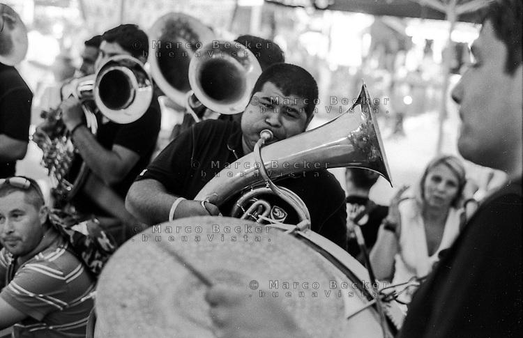 Festival di trombe e ottoni di Guca (Cacak). Una banda suona all'interno di un ristorante --- Trumpet festival of Guca (Cacak). A band playing inside a restaurant