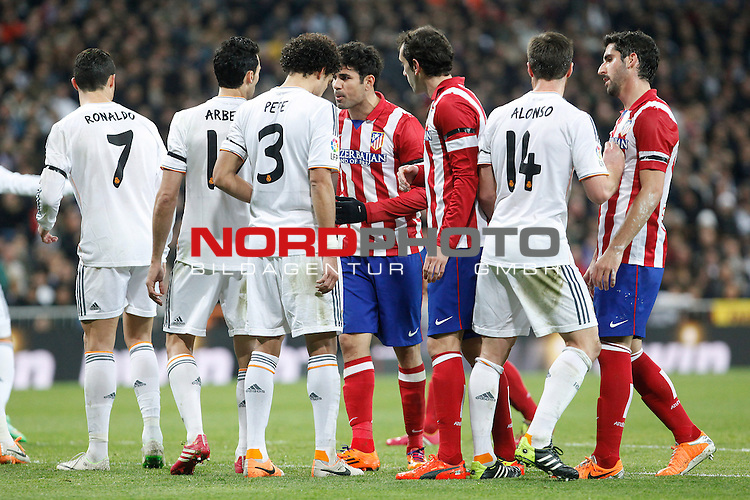 Real Madrid¬¥s players with Atletico de Madrid¬¥s during King¬¥s Cup (Copa del Rey) semifinal match in Santiago Bernabeu stadium in Madrid, Spain. February 05, 2014. Foto © nph / Victor Blanco)