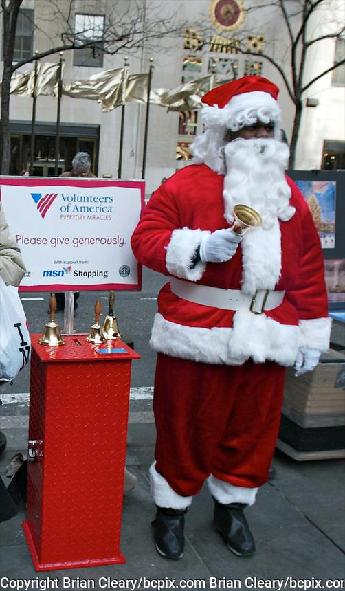 Sidewalk Santa, New York City, December 2003.(Photos by Brian Cleary/www.bcpix.com) New York City, December 2003.  (Photo by Brian Cleary/www.bcpix.com)