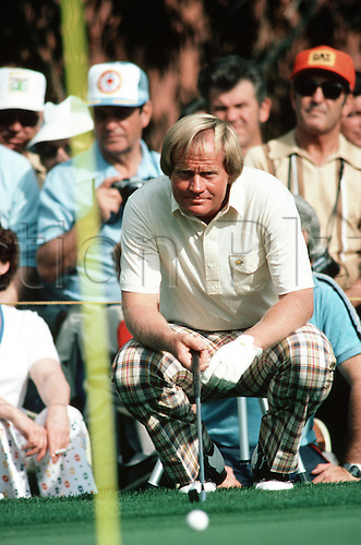 1981: American golfer JACK NICKLAUS (USA) lines up a putt on a green at Palm Springs during The Bob Hope Classic  Photo: Leo Mason/Action Plus...player 8107 putting putter puts golf