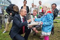 Nederland, Boxtel, 14 sept  2013<br /> Manifesatie tegen schaliegas proefboringen in  Boxtel. PvdA kamerlid Jan Vos kwam naar Boxtel en bekeek na de manifestatie ook de voorgenomen lokatie voor proefboringen in Boxtel en Haaren.  Ook daar werd natuurlijk geprotesteerd. Hij kreeg van een meisje een protestkunstwerkje.<br /> Foto(c): Michiel Wijnbergh