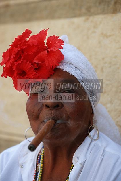 Cuba/La Havane: Fumeuse de Havane - Calle Obispo