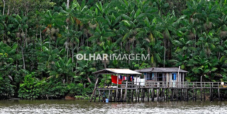 Casas palafitas na Baía do Guajara, Belem. 2010. Para. Foto de Rogerio Reis..
