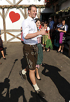 FUSSBALL   1. BUNDESLIGA   SAISON 2011/2012    Die Mannschaft des FC Bayern Muenchen besucht das Oktoberfest am 02.10.2011 Torwart Manuel Neuer mit Freundin Katrin (FC Bayern Muenchen)