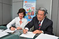 """Rafael Blanco Canto, de Viva Wyndham y María Jesús Conde Zabala, representante de UNICEF en República Dominicana firman el acuerdo """"Huésped de Corazón"""". Fuente externa."""