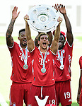 Deutscher Meister 2020, FC Bayern Muenchen v.l. Jerome Boateng, Leon Goretzka mit Meisterschale, Alphonso Davies<br />Wolfsburg, 27.06.2020: nph00001: , Fussball Bundesliga, VfL Wolfsburg - FC Bayern Muenchen 0:4<br />Foto: Tim Groothuis/Witters/Pool//via nordphoto<br /> DFL REGULATIONS PROHIBIT ANY USE OF PHOTOGRAPHS AS IMAGE SEQUENCES AND OR QUASI VIDEO<br />EDITORIAL USE ONLY<br />NATIONAL AND INTERNATIONAL NEWS AGENCIES OUT