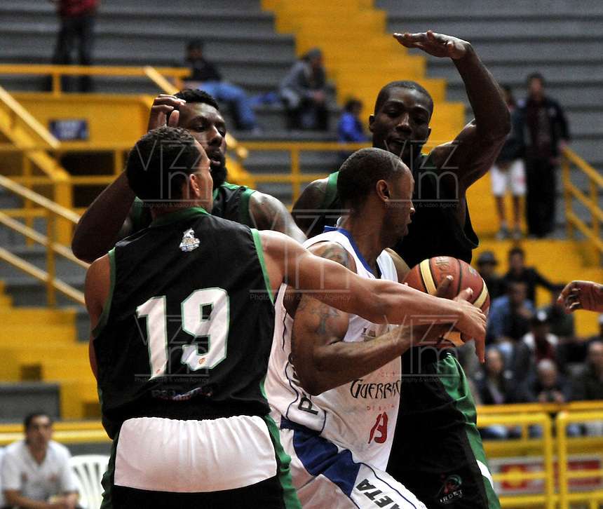 BOGOTA - COLOMBIA: 10-07-2014: Holsey Kameron (Cent.) jugador de Guerreros, disputa el balón con Michael Sneed (Izq.) y Ryan Sypkens (2 Izq.) jugadores de Aguilas de Tunja, durante partido entre Guerreros de Bogota y Aguilas de Tunja por la fecha 3 de la Liga Directv Profesional de Baloncesto II en partido jugado en el Coliseo El Salitre de la ciudad de Bogota. / Holsey Kameron (C) player of Guerreros, fights for the ball with Michael Sneed (L) y Ryan Sypkens (2L) players of Aguilas of Tunja, during a match between Guerreros de Bogota and Aguilas of Tunja, for the  date 3 of La Liga Directv Profesional de Baloncesto II, game at the El Salitre Coliseum in Bogota City. Photo: VizzorImage / Luis Ramirez / Staff.