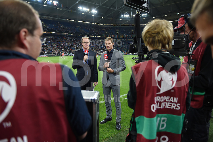 Fussball International EM 2016-Qualifikation  Gruppe D  in Gelsenkirchen 14.10.2014 Deutschland - Irland RTL-Experte Jens Lehmann (Mitte re) und RTL-Moderator Florian Koenig (Mitte li)