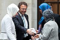 Berlin, Dienstag (07.05.13), Bundesinnenminister Hans-Peter Friedrich (CDU), begrüßt zu letzten Sitzung der Deutschen Islamkonferenz (DIK) in dieser Legislaturperiode die Religionswissenschaftlerin Tuba Isis (l.), die Vertreterin der Jungen Islamkonferenz, Mahada Wayah und die Theologin Hamideh Mohagheghi (r.). Foto: Michael Gottschalk/CommonLens