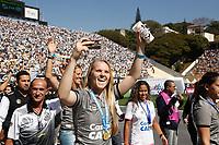 SÃO PAULO, SP, 23.07.2017 -SANTOS-BAHIA - As jogadoras futebol feminino do Santos saudam a torcida durante intervalo da partida contra o Bahia pela 16ª rodada do Campeonato Brasileiro 2017, no estádio Paulo Machado de Carvalho, o Pacaembu, na manhã deste domingo, 23. (Foto: Adriana Spaca/Brazil Photo Press/Folhapress)