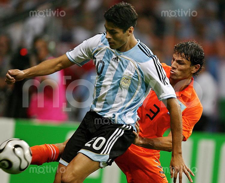 Fussball WM 2006  Gruppenspiel  Vorrunde  Holland -Argentinien Julio Cruz (ARG)li, Khalid Boulahrouz (NED)li