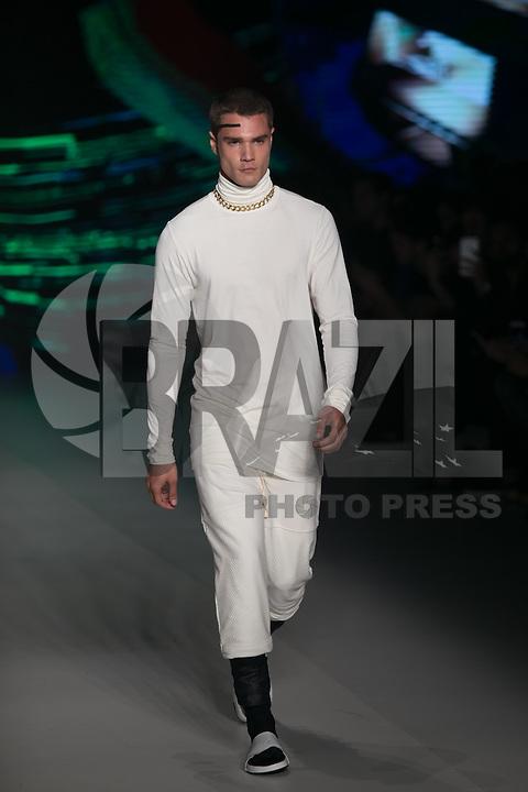 SAO PAULO, SP, 27.10.2016 - SPFW-RATIER - Modelo durante desfile da grife Ratier durante o São Paulo Fashion Week edição 42 no Parque do Ibirapuera zona Sul de São Paulo, nesta quinta-feira, 27. (Foto: Ciça Neder / Brazil Photo Press)