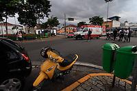 MOGI DAS CRUZES ,SP,13 DE MARCO DE 2013 - ACIDENTE DE TRANSITO EM MOGI DAS CRUZES  - Colisao entre carro e moto deixou o motociclista ferido sendo levado para o Hospital Luzia de Pinho Mello na tarde desta quarta-feira, 13. FOTO:WARLEY LEITE/BRAZIL PHOTO PRESS
