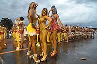 SÃO PAULO, SP, 15 DE JANEIRO DE 2012 - ENSAIO TÉCNICO TOM MAIOR - Ex panicat e agora madrinha da bateria Tania Oliveira (c) e Pamela Gomes (d) durante ensaio técnico da Escola de Samba Tom Maior na praparação para o Carnaval 2012. O ensaio foi realizado na noite deste domingo debaixo de muita chuva no Sambódromo do Anhembi, zona norte da cidade. FOTO: LEVI BIANCO - NEWS FREE