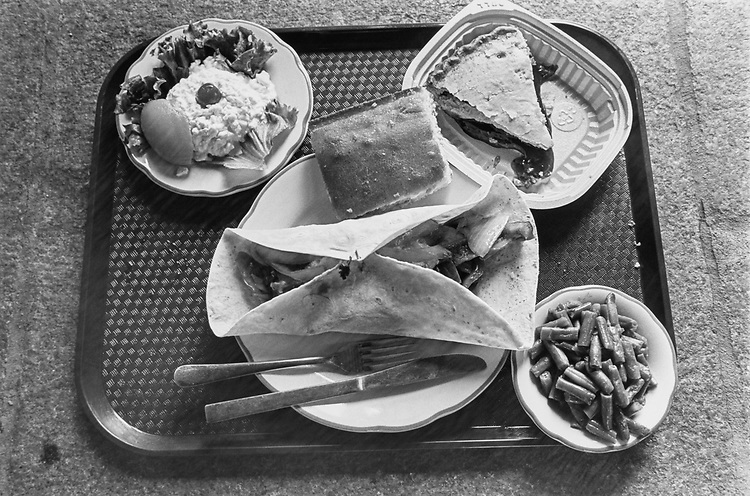 Chicken Fajitas, Green Beans, Cornbread, Cherry Pie, Cottage Cheese with Peach on Oct. 16. 1991. (Photo by Maureen Keating/CQ Roll Call via Getty Images)