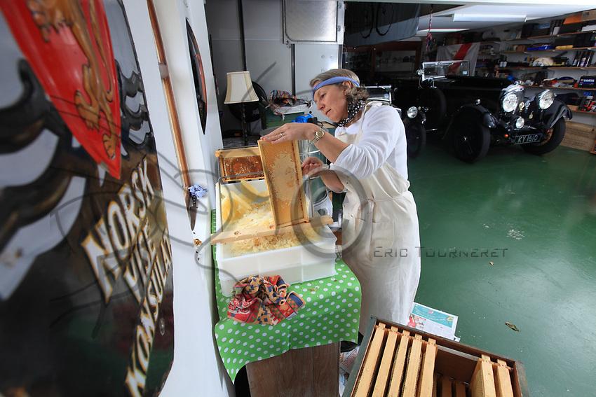 Harvesting honey in Orkney. Récolte de miel sur les îles Orcades