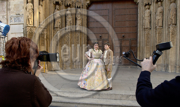 Valencia-Spain, 27 December 2007---Photographer / woman at work: photo shooting of a girl and boy in traditional, folkloric dress, in front of the Cathedral; people, photography---Photo: Horst Wagner / eup-images