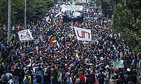 BOGOTA - COLOMBIA, 15-11-2018: Durante paro nacional se realiza movilizacion el dia 15 de noviembre de 2018, por la Union Nacional de Estudiantes de Educacion Superior, Fecode y La Central Unitaria de Trabajadores (CUT), exigiendo mejorar los recursos para la educacion y en contraposicion de la reforma tributaria. / During the national strike, mobilization takes place on November 15, 2018, by la Union Nacional de Estudiantes de Educacion Superior, Fecode y La Central Unitaria de Trabajadores (CUT), demanding to improve the resources for education and in opposition to the tax reform.. Photo: VizzorImage / Diego Cuevas / Cont