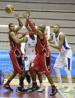 BOGOTÁ -COLOMBIA. 16-08-2013. Juagadores de Guerreros de Bogotá   y de Halcones de Cúcuta van por un balón perdido durante partido válido por la fecha 1 de la  Liga DirecTV de Baloncesto 2013-II de Colombia realizado en el coliseo El Salitre de Bogotá./ Jhon Hernandez (L) of Guerreros de Bogota goes for a loose ball against Halcones de Cucuta player Jhon Romero during match valid for the 1th date of DirecTV Basketball League 2013-II in Colombia at El Salitre coliseum in Bogota. Photo: VizzorImage / Gabriel Aponte/ Str