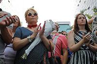 SÃO PAULO,SP, 15.11.2015 - ATENTADO-FRANCA - Vigília em apoio as vítimas do atentado em Paris, que acontece no consulado da França, Avenida Paulista, zona sul de São Paulo, neste domingo (15). (Foto: Douglas Pingituro/Brazil Photo Press)