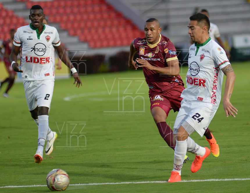 IBAGUÉ -COLOMBIA, 12-08-2015. Angelo Rodriguez (Izq) jugador de Deportes Tolima disputa el balón con Deiver Parra (Der) jugador del Patriotas FC por la fecha 16 de la Liga Aguila II 2016 jugado en el estadio Manuel Murillo Toro de la ciudad de Ibagué./ Angelo Rodriguez (L) player of  Deportes Tolima vies for the ball with Deiver Parra (R) player of Patriotas FC for the date 16 of the Aguila League II 2016 played at Manuel Murillo Toro stadium in Ibague city. Photo: VizzorImage / Juan Carlos Escobar / Str