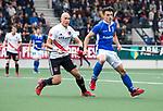 AMSTELVEEN -  Justin Reid-Ross (A'dam) met Jasper Luijkx (Kampong)   tijdens  de  eerste finalewedstrijd van de play-offs om de landtitel in het Wagener Stadion, tussen Amsterdam en Kampong (1-1). Kampong wint de shoot outs.   rechts Johannes Mooij (A'dam) . COPYRIGHT KOEN SUYK