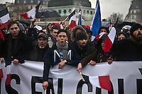 manifestanti dietro a striscione con bandiere tricolore