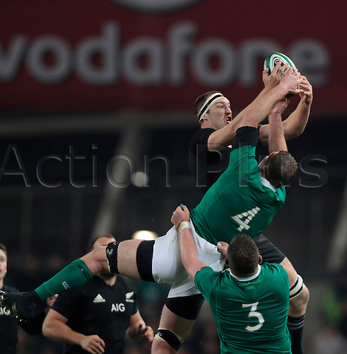 19.11.2016. Aviva Stadium, Dublin, Ireland. Guinness Autumn International Rugby. Ireland versus New Zealand. Brodie Retallick (New Zealand) and Donnacha Ryan (Ireland) challenge for the ball.