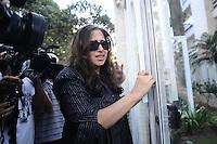 SAO PAULO SP, 06 MARCO 2013 - MORTE CANTOR CHORAO - Uma prima do músico Chorão chega ao seu prédio, em São Paulo. Chorão, vocalista e líder da banda de rock, Charlie Brown Jr, foi encontrado morto nesta madrugada, 6, em Pinheiros, na zona oeste de São Paulo, no apartamento onde morava.(FOTO: ADRIANO LIMA / BRAZIL PHOTO PRESS).