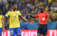 FUSSBALL WM 2014  VORRUNDE    GRUPPE E     Ecuador - Frankreich                  25.06.2014 Osvaldo Minda (li, Ecuador) reklamiert bei Schiedsrichter Noumandiez Doue (re)