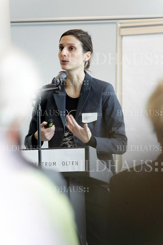 """Joëlle Zimmerli, Soziologin, spricht an der Fachperson Betreuung Berufsverband Schweiz, Fachtagung """"Perspektiven fuer die Betreuung - gesichert und menschenfreundlich!"""" am 3. Februar 2012 in Olten. © Bruno Arnold"""