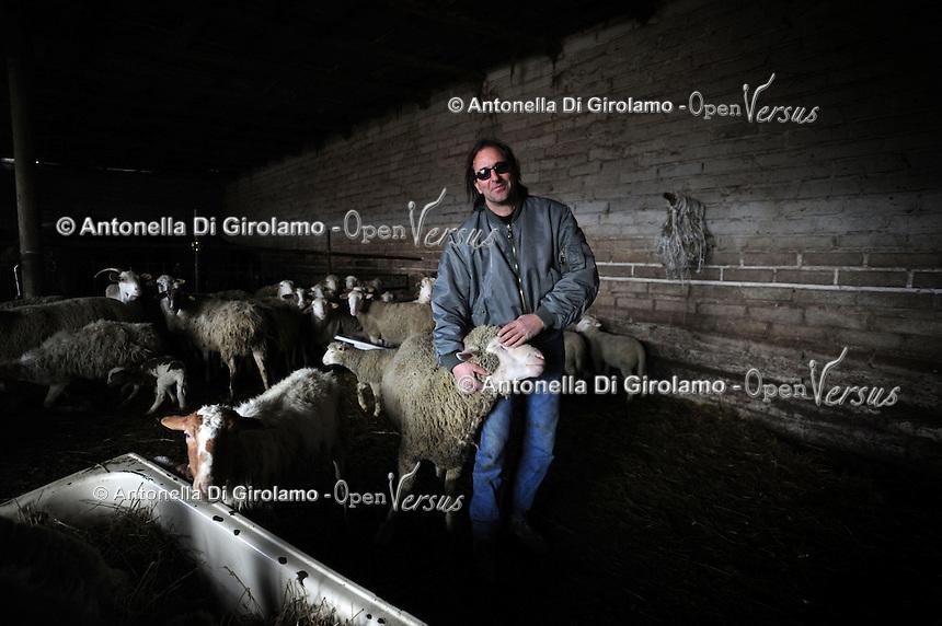 Terremoto del L'Aquila un' anno dopo. Earthquake L'Aquila one year after.Settimio Perilli allevatore di ovini e equini nella sua stalla. .Settimio Perilli farmer of sheep and horses in its stable...